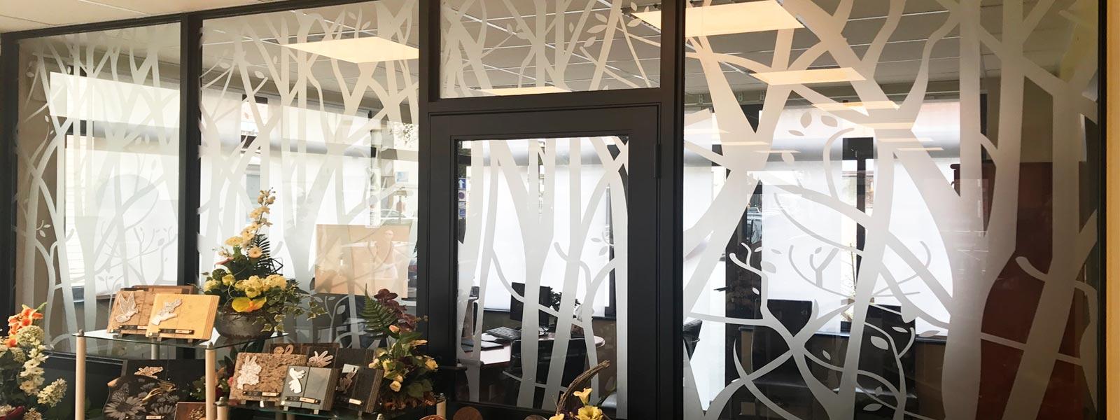 Lettrage d coration adh sive sur vitrine 62 lens for Decoration porte adhesive